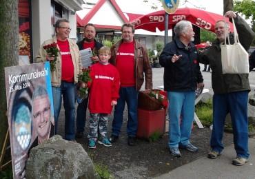 """""""Muttertagsrosen"""" am SPD-Stand mit Landsratskandidat Lutz Vormann"""