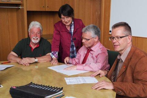 Aktive Fraktions und Parteimitglieder im Ratsaal und auf der JHV