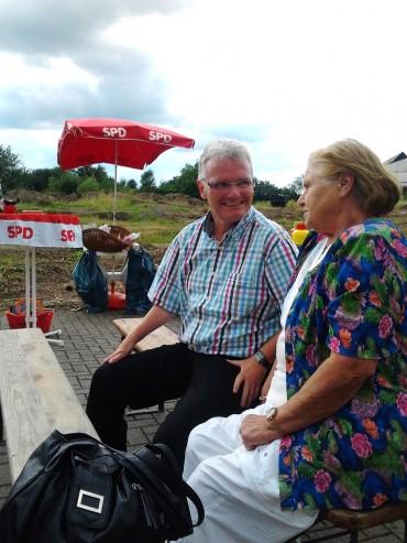 """Gespräche rund um den Bau des neuen Einkaufszentrum – Wetterglück für den""""roten Grill"""" am Tannenweg"""