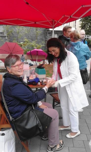 SPD-Bundestagskandidatin Nezahat Baradari unterwegs mit dem Gesundheitsmobil